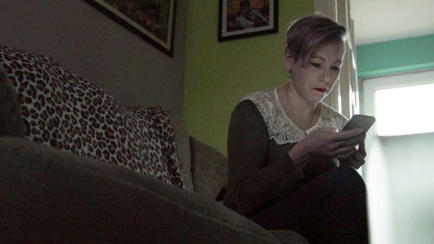 Lesley con su teléfono.