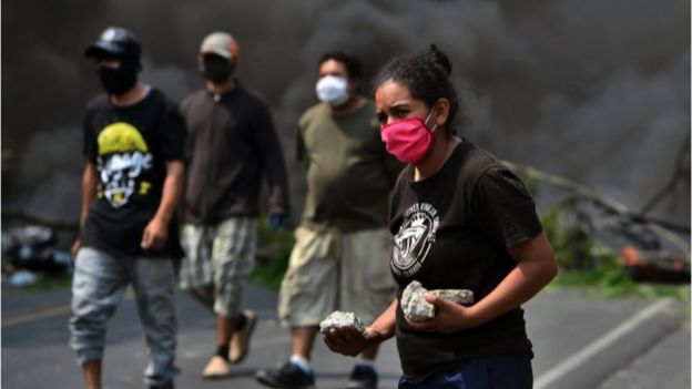 Vecinos cortando una carretera en Honduras para evitar el entierro de victimas de coronavirus.
