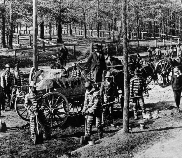 Presos negros construyendo calles en Atlanta, Georgia, en 1870, cinco años después de la abolición de la esclavitud.