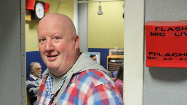 Gary'n gadael y stiwdio ar ôl ei slot wythnosol ar rhaglen Eleri Siôn ar BBC Radio Wales