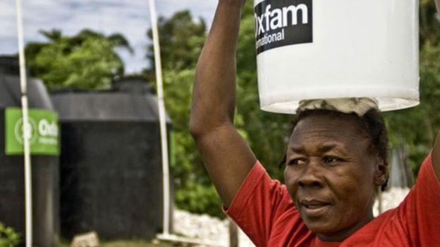 Mujer con un balde de agua de Oxfam.