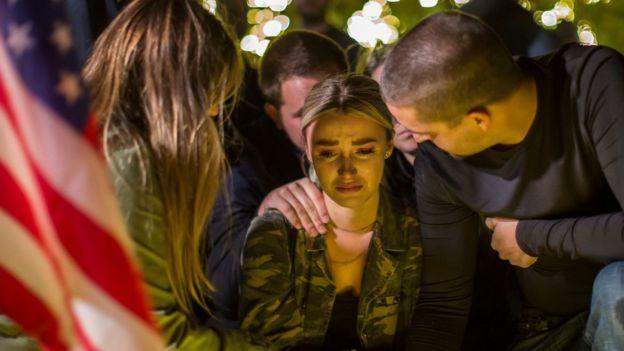 El jueves en la noche se realizó una vigilia en memoria de las víctimas de Thousand Oaks.