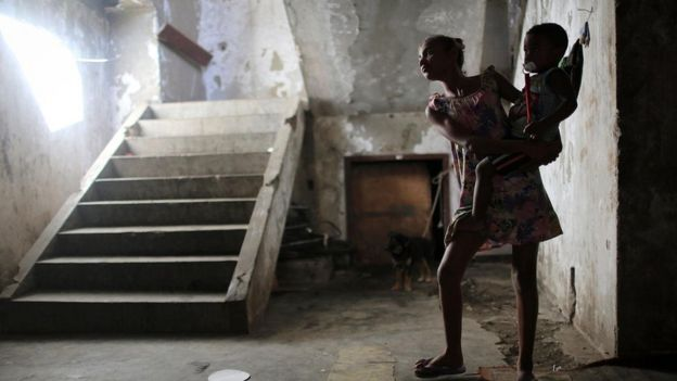 تنخرط الفتيات على مستوى العالم في أداء أعمال غير مدفوعة الأجر - مثل رعاية أشقائهن الأصغر سنا