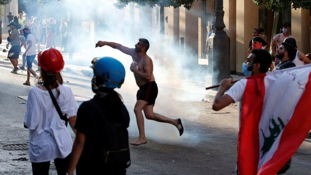 Anti-government protesters throw stones in Beirut, Lebanon (9 August 2020)