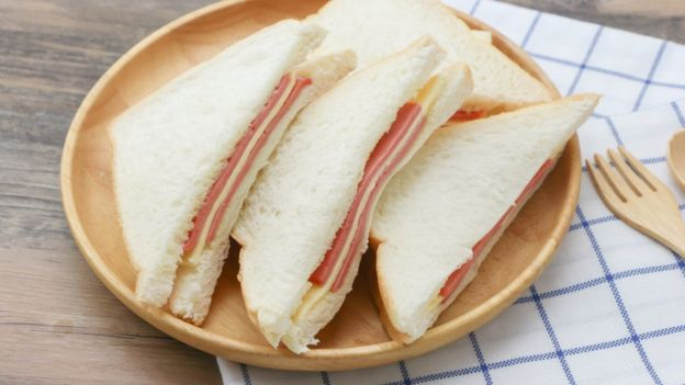 pão de forma com presunto e queijo