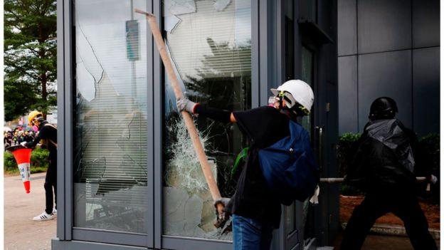 示威者破坏立法会大楼外的设施。
