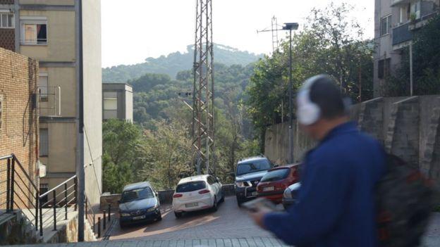 Un hombre camina por una calle de Ciutat Meridiana.