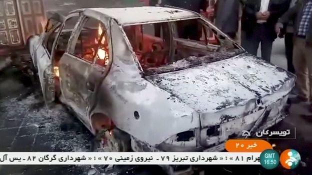 视频截图,被烧毁的汽车