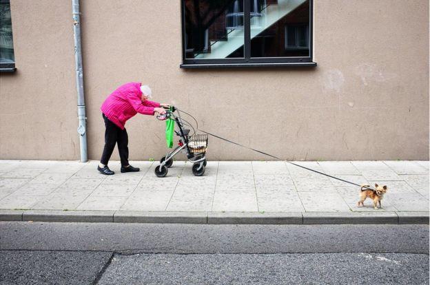 Anciana con su perro.