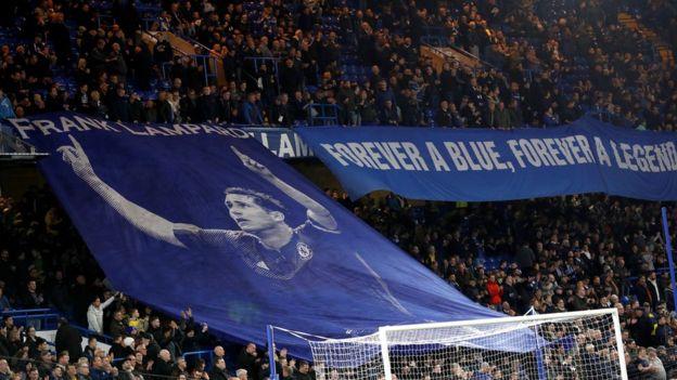 """Lampard bu sezon Derby menajeri olarak gittiği Stamford Bridge'de """"Daima mavi, daima efsane"""" pankartıyla karşılanmıştı"""