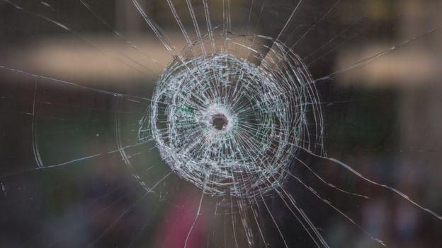Vidro perfurado por bala. Na semana passada, oito pessoas foram mortas em uma chacina em Tapanã, periferia de Belém