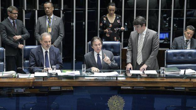 O presidente em exercício do Senado, Eunício Oliveira (MDB-CE), em sessão na Casa