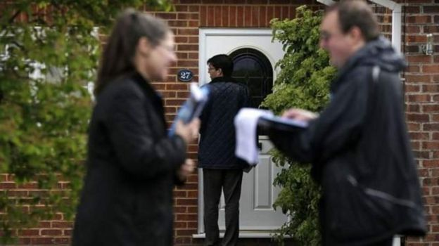 Yerel seçimler öncesi seçmenlere broşür dağıtan gönüllüler