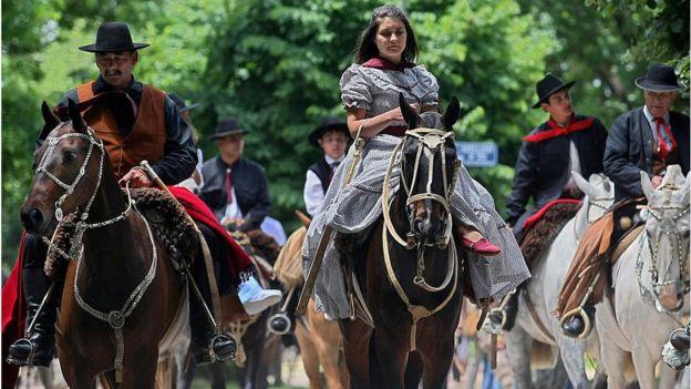 Una mujer en un caballo