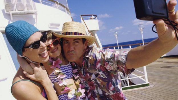 Padre, madre e hija se toman una foto a bordo de un crucero