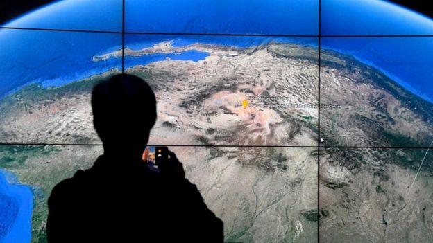 Pessoa olha para mapa em tela