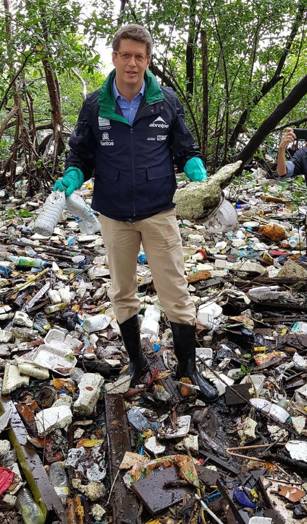 Salles em ação do Plano de Combate ao Lixo no Mar em Ilhabela