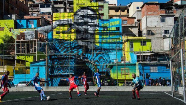 Partido de fútbol en una favela