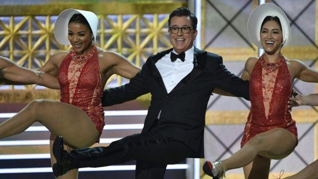 Stephen Colbert con dos bailarinas