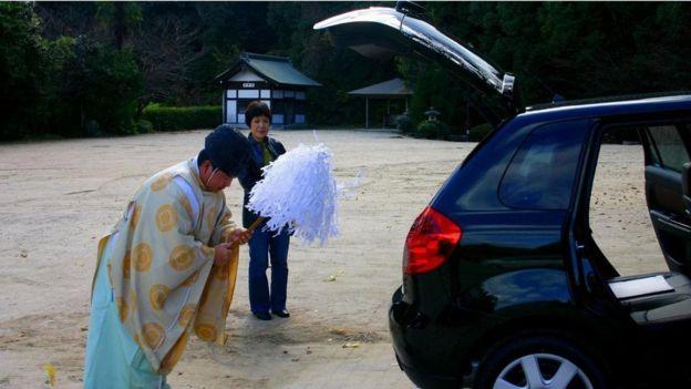 Sacerdote purifica carro no Japão