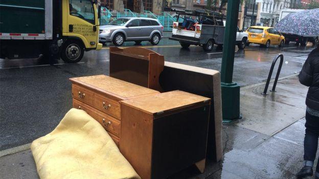 Muebles que botaron en las calles de Nueva York