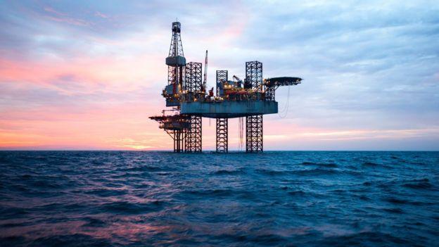 Estación de extracción de petróleo en el mar.