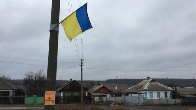 """Український прапор у центрі Катеринівки у """"сірій зоні"""". Звідси до позицій сепаратистів - менше двох кілометрів"""