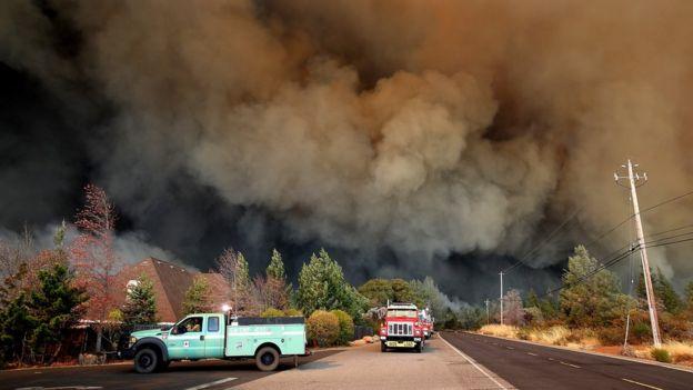 Muro de humo avanzando hacia un pueblo.