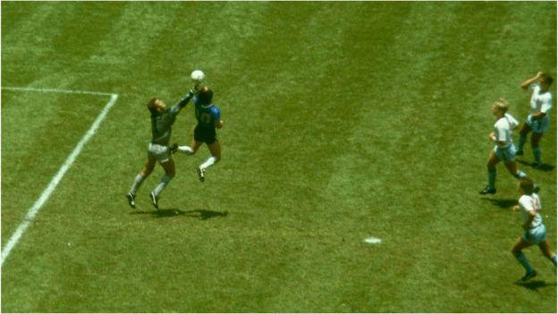 1986年,馬拉多納在對英格蘭的比賽中施以「上帝之手」;4分鐘後,他打進了20世紀最佳進球。