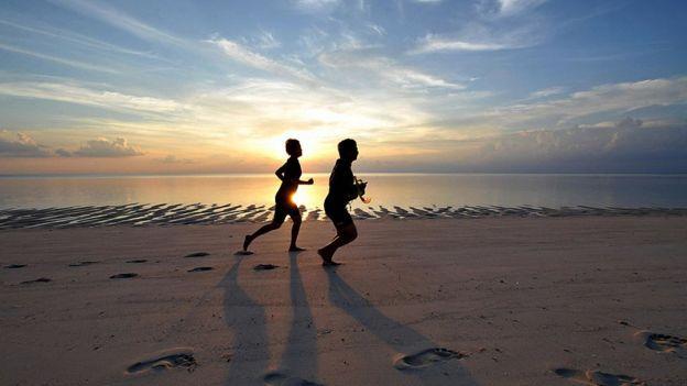 Menurut dokter spesialis gizi Samuel Oetoro, berolahraga untuk meringankan efek negatif dari makanan yang tidak sehat menunjukkan pola pikir yang salah.