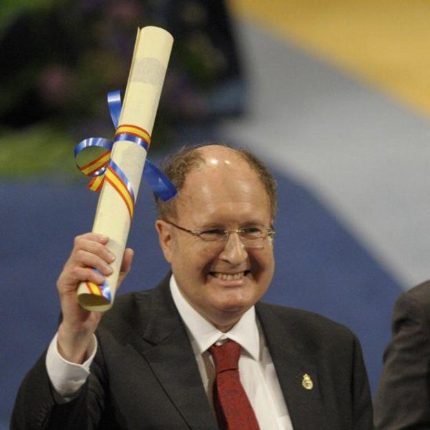 Gregory Winter sonriendo con un diploma en la mano