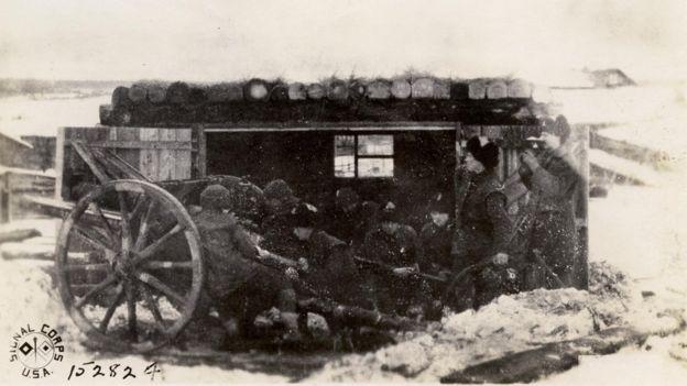 Las condiciones climáticas eran tan duras que era necesario construir refugios para proteger la pólvora y las armas del frío.