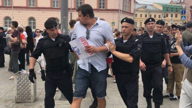 После начала марша начались и задержания