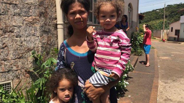 Adilene com as filhas