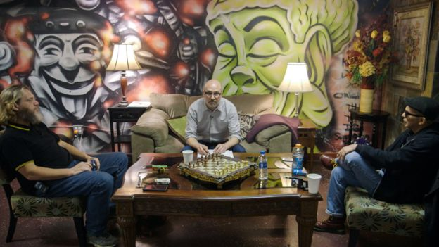Rob (izquierda), el periodista y Luis (derecha) en la discusión