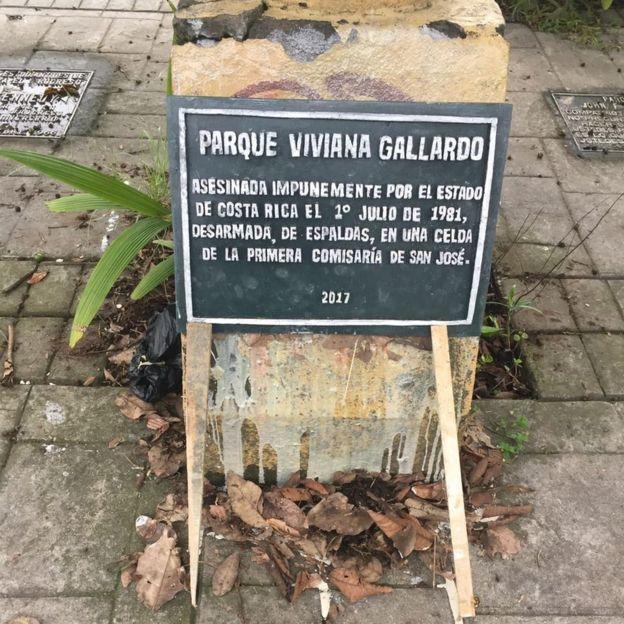 Placa que denuncia el asesinato de Viviana como