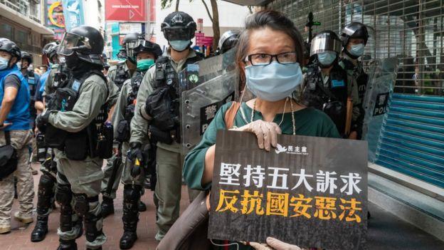 7月1日香港主权移交纪念日,大批市民上街抗议港区《国安法》,演变成警民衝突。