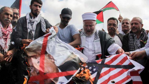 La decisión de Trump de mudar la embajada de Estados Unidos en Israel a la ciudad de Jerusalén causó grandes protestas en el mundo árabe.