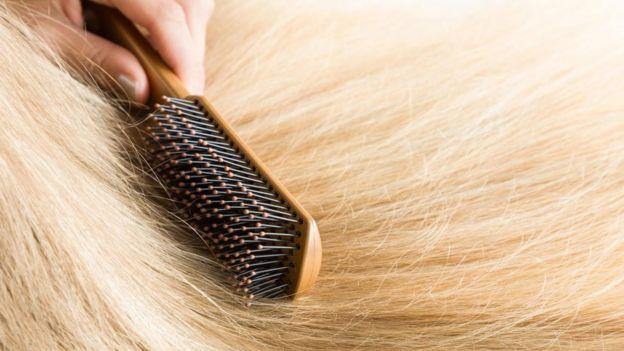 Acción de cepillar el pelo.