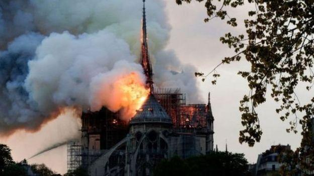 大火吞没了巴黎圣母院,损失巨大。
