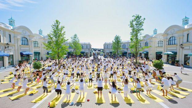 民眾參加在戶外的集體瑜伽