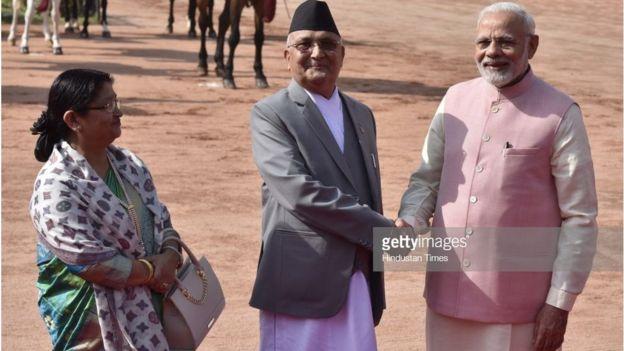 Thủ tướng Nepal KP Oli bắt tay Thủ tướng Ấn Độ Narenda Modi