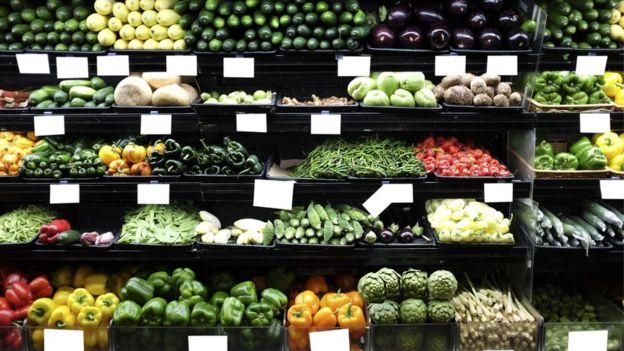 Frutas e verduras em prateleiras de mercado
