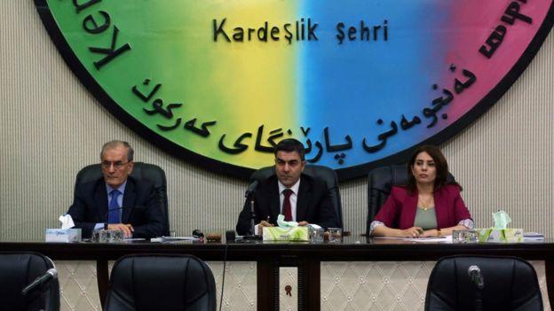 نجمالدین کریم، استاندار کرکوک (چپ) در جلسه شورای استان برای رایگیری شرکت در رفراندوم