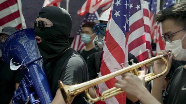 Estudantes anti-Beijing tocam o hino dos Estados Unidos na Universidade de Hong Kong
