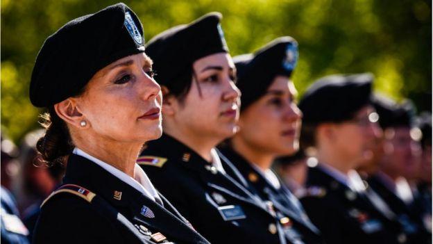 Oficirke na svečanoj proslavi Dvadesetogodišnjice žena u vojnoj službi Amerike održanoj 2017. godine