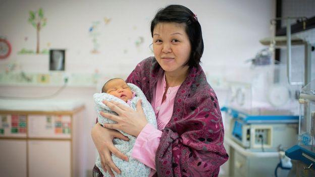 Una mujer que acaba de tener un hijo en un hospital en Hong Kong.