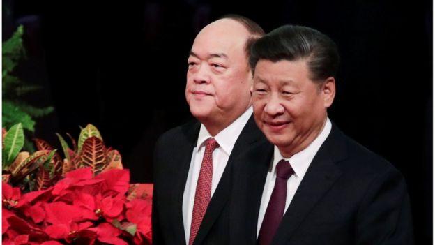 賀一誠(左)今天成為澳門新任特首。