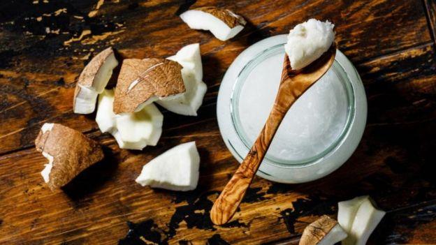 O óleo de coco tem mais gordura saturada que a manteiga – e uma colher de sopa tem mais da metade do limite diário recomendado para as mulheres