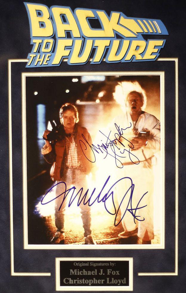 """Afiche autografiado de la película """"Volver al Futuro"""" exhibido en la celebración del 30 aniversario de la película en Brasil en 2015"""
